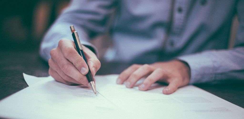 Immobilien Akquise Mann unterzeichnet Vertrag